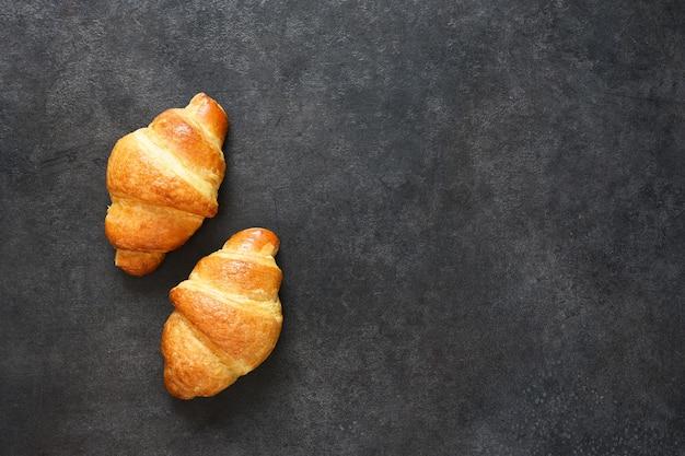 Croissants op een zwarte betonnen tafel. uitzicht van boven.