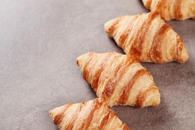 Croissants op grijs