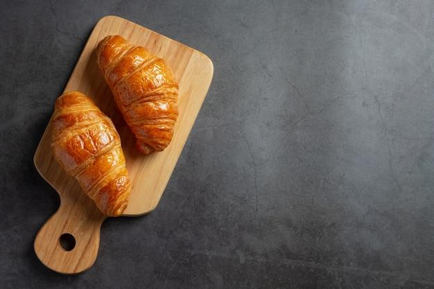 Croissants op zwarte achtergrond.