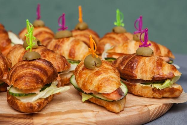 Croissants sandwiches met vis