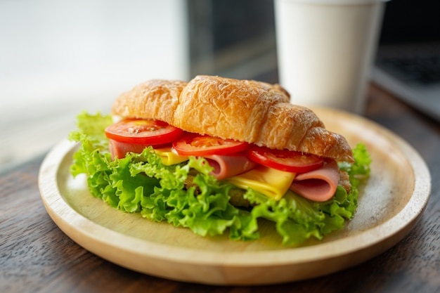 Croissantsandwiches op donkere houten oppervlakte