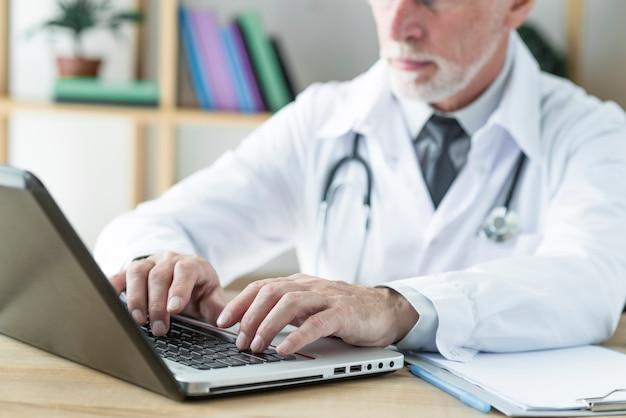 Crop arts typen op laptop
