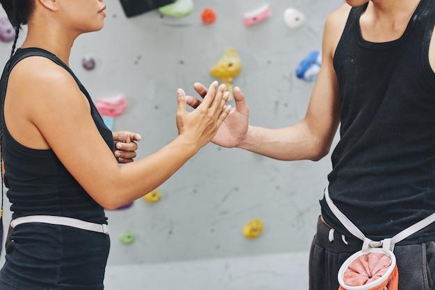 Crop klimmers slaan handen in teamgeest