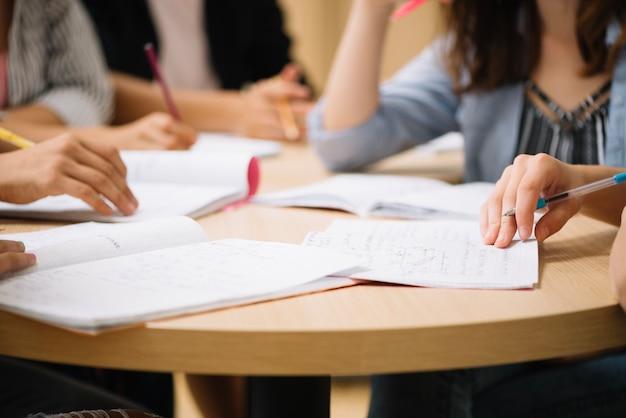 Crop studenten op bureaublad