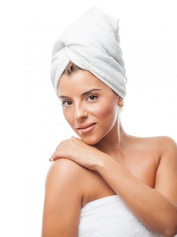 Crop van sensuele charmante vrouw in handdoek op hoofd