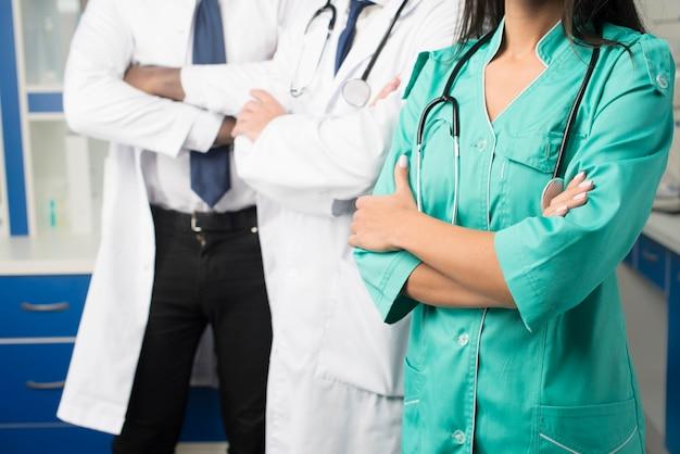 Cropmedics met gekruiste armen