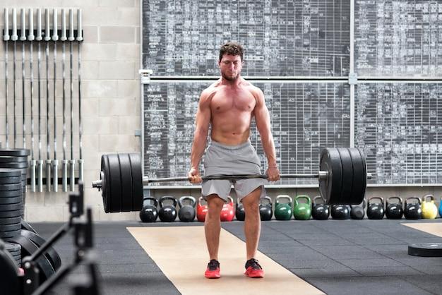 Crossfit atleet doet een deadlift