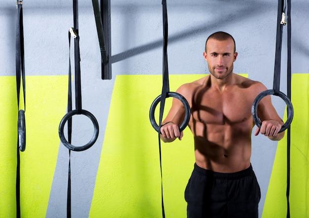Crossfit-dipringmens ontspande na training bij gymnastiek