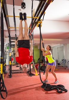 Crossfit fitness dip ring man training ondersteboven op gymnasium
