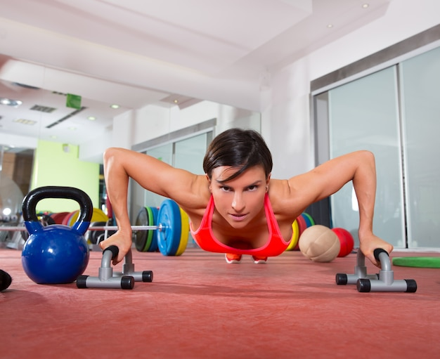 Crossfit fitness vrouw push ups pushup oefening