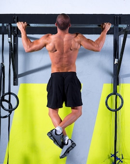 Crossfit tenen om man pull-ups te stoppen met 2 bars workout