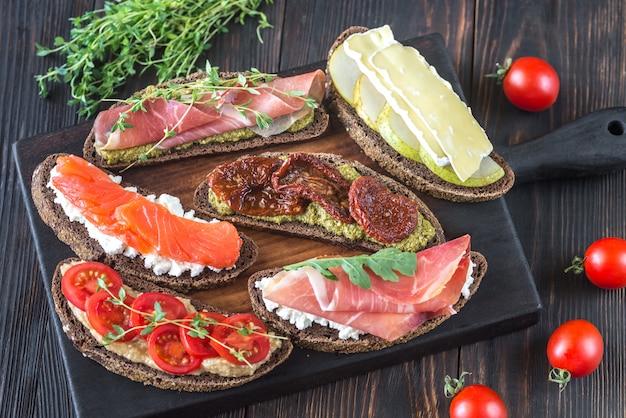 Crostini met verschillende toppings