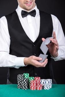 Croupier met gokken chips op de groene tafel.
