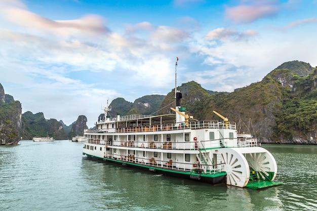Cruise in halong bay in vietnam