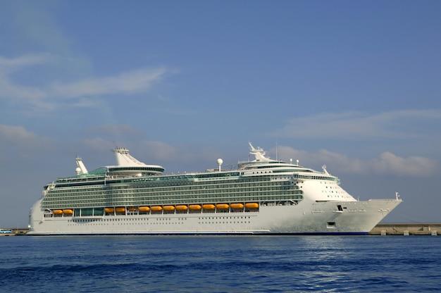 Cruise in ibiza-eiland, mediterrane zonsopgang.