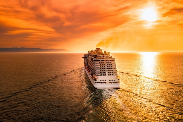 Cruise met een prachtige zonsondergang vooraan