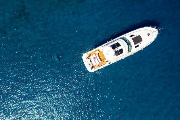 Cruisejacht aan zee, van boven naar beneden