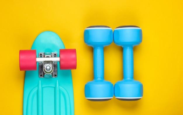 Cruiser board en halter op een gele achtergrond.