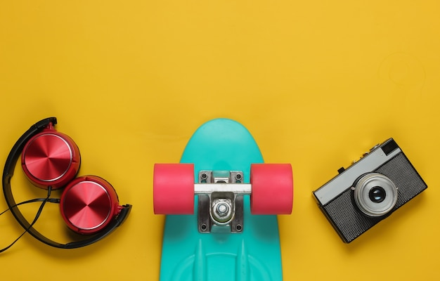 Cruiser board hoofdtelefoon filmcamera op gele achtergrond