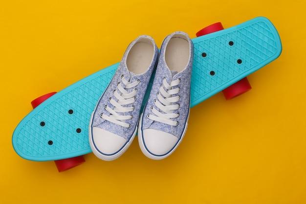 Cruiser board met sneakers op geel. jeugd entertainment. hipster-outfit