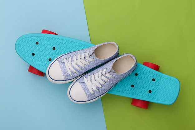 Cruiser board met sneakers op groen blauw. jeugd entertainment. hipster-outfit