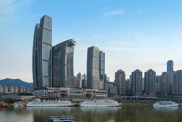 Cruiseschepen en wolkenkrabbers bij chaotianmen wharf, chongqing, china