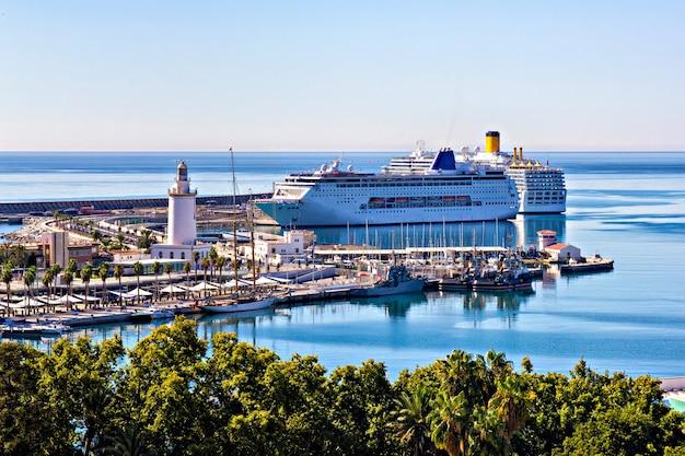 Cruiseschepen in de haven van malaga, spanje
