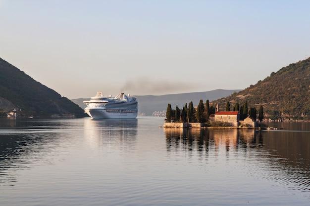 Cruiseschip in de buurt van eiland. montenegro. kotor