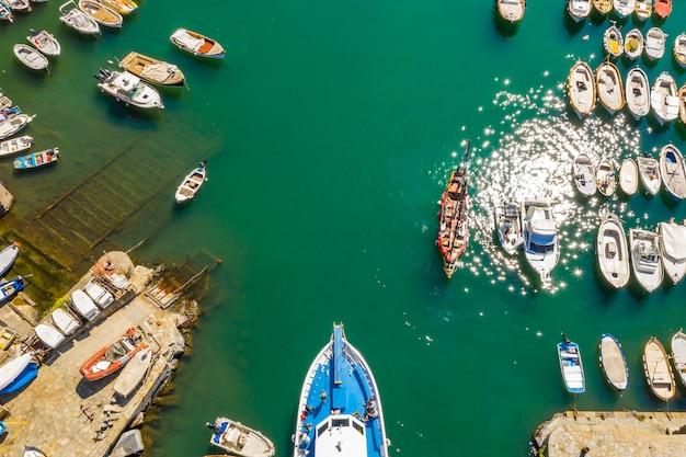 Cruiseschip in de haven. luchtfoto van prachtige jacht en boten in de jachthaven baai