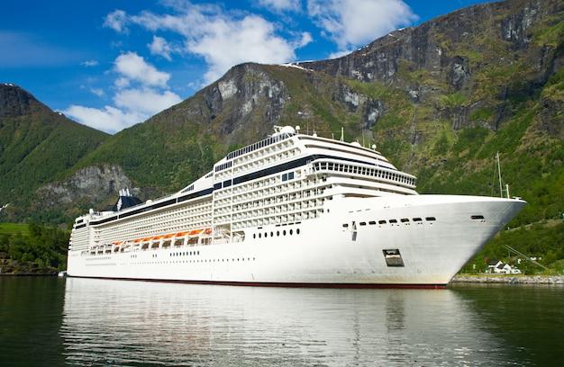 Cruiseschip in fjord van noorwegen