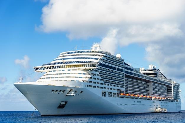 Cruiseschip in kristalblauw water met blauwe lucht