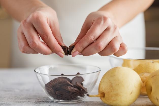 Crumble van peer en bananenchocolade met ijs en karamel