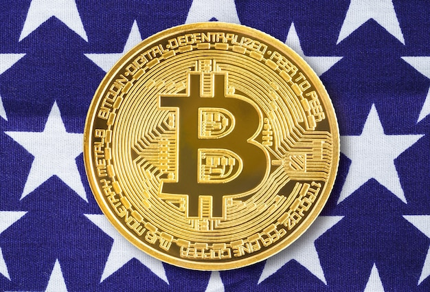 Crypto valuta concept. gouden bitcoin munt op de vlag van de verenigde staten van amerika usa achtergrond of