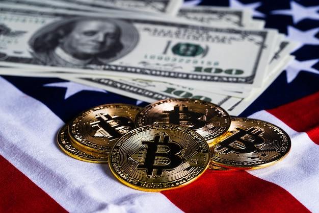 Crypto valuta concept. gouden bitcoin-munten en bankbiljet op vlag van de verenigde staten van amerika de v.s