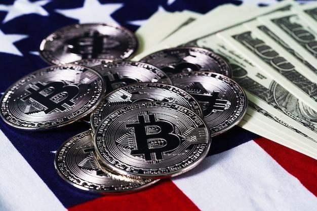 Crypto valuta concept. gouden bitcoin-munten en bankbiljet op vlag van de verenigde staten van amerika, de v.s