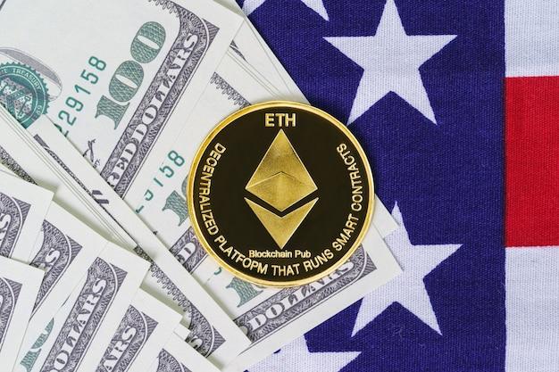 Crypto valuta concept. gouden ethereum-munt en bankbiljet op de vlag van de verenigde staten van amerika, vs