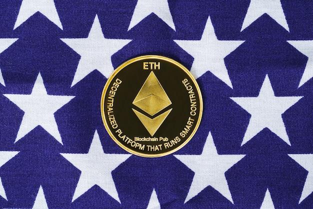 Crypto valuta concept. gouden ethereum-munt op de vlag van de verenigde staten van amerika, vs