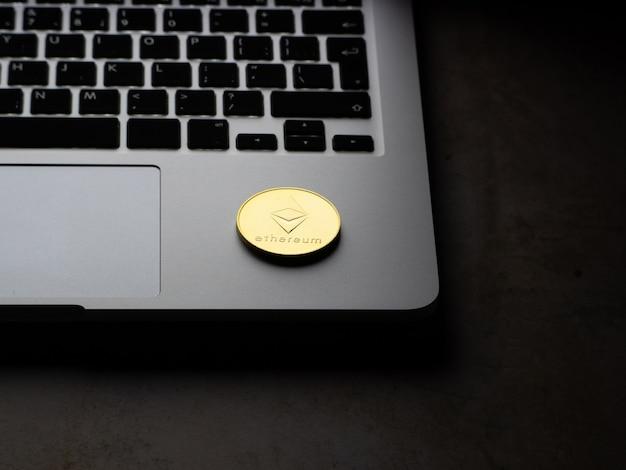 Crypto valuta-etherium symbool op het toetsenbord van de laptop.