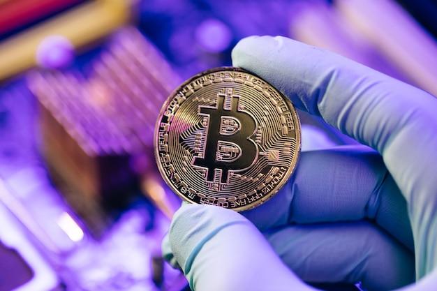 Cryptocurrency bitcoin goud. gouden munten bitcoin op het moederbord onder computercomponenten.
