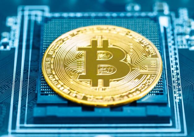 Cryptocurrency bitcoin-munten op printplaat. blockchain technologie bitcoin mining concept