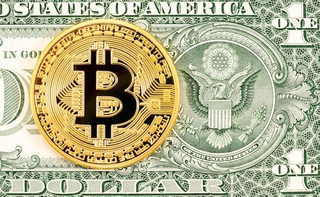 Cryptocurrency gold bitcoin liggend op het biljet van één dollar