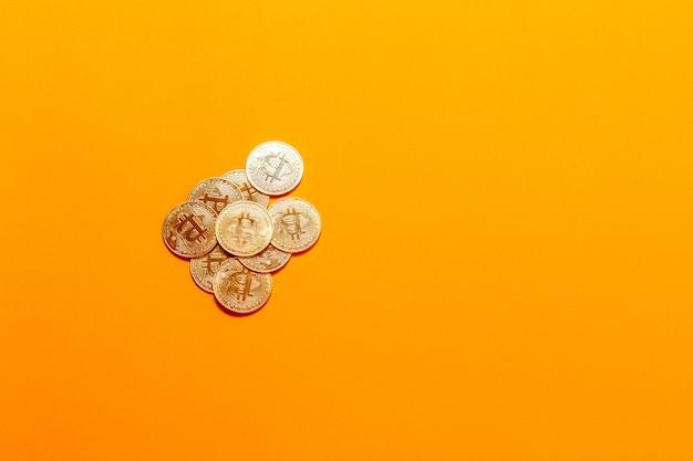 Cryptocurrency gouden bitcoin concept. gouden bitcoins op laptop.