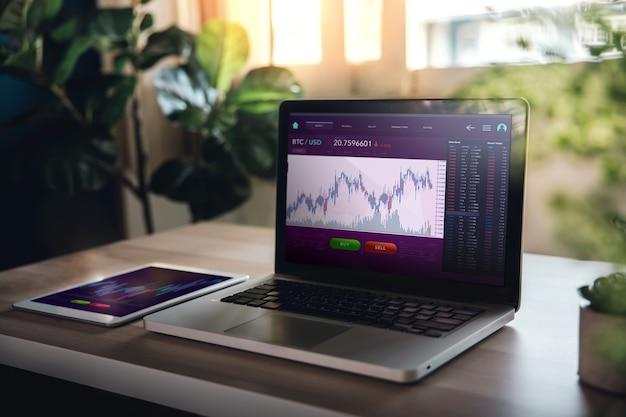 Cryptocurrency-investeringsconcept. computerlaptop met het bitcoin-gegevensscherm. thuis in digitale activa handelen. blockchain, fintech-technologie. innovatie van financiële investeringen