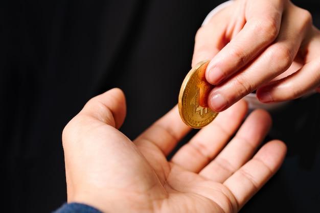 Cryptocurrency-munten bitcoin, vrouwen houden de cryptocurrency-munt bij de hand. geld wisselen