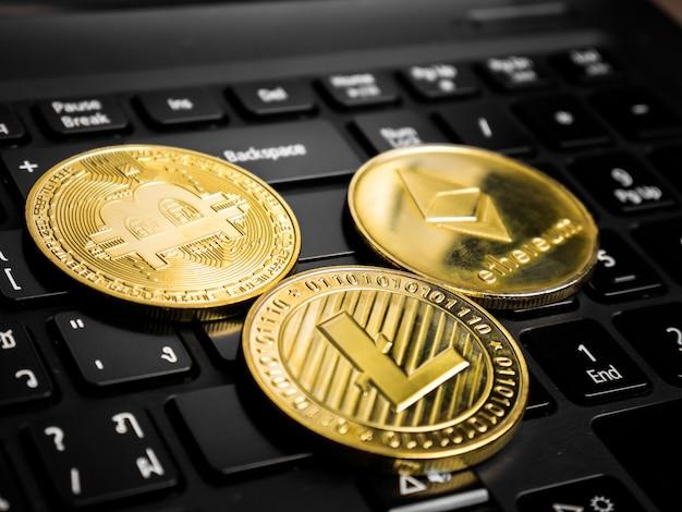 Cryptocurrency-munten op het zwarte toetsenbord.