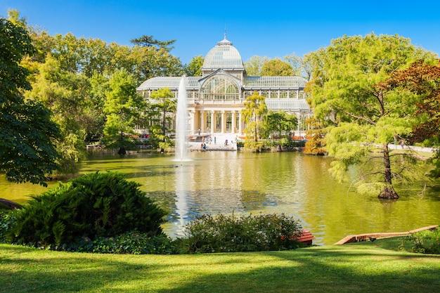 Crystal palace of palacio de cristalis in het buen retiro park, een van de grootste parken van de stad madrid, spanje. madrid is de hoofdstad van spanje. Premium Foto