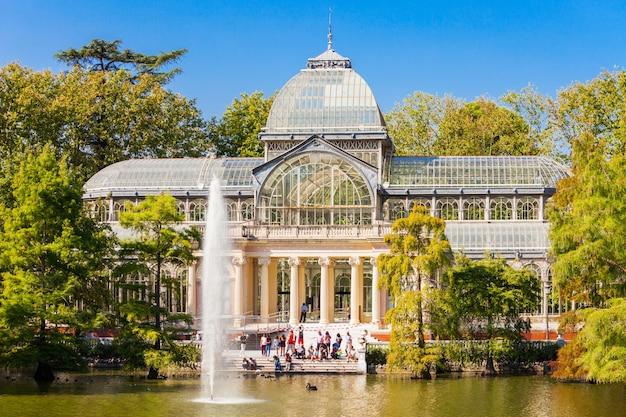 Crystal palace of palacio de cristalis in het buen retiro park, een van de grootste parken van de stad madrid, spanje. madrid is de hoofdstad van spanje.