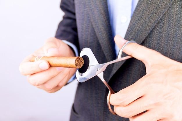 Cubaanse sigaar snijden