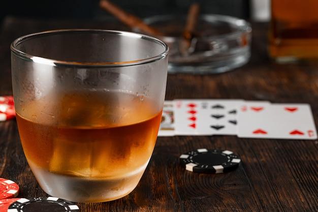 Cubaanse sigaar whisky glas en chips op tafel