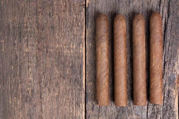 Cubaanse sigaren op een houten tafel. bovenaanzicht met kopie ruimte